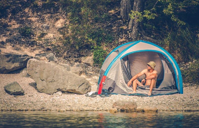 Шатер располагаясь лагерем на озере стоковое фото