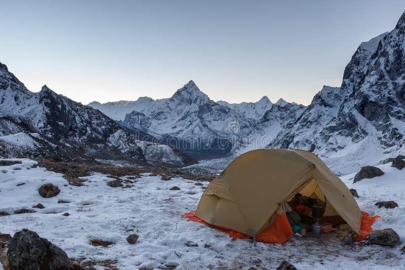 Шатер Open располагаясь лагерем с веществом кухни в снежном стоковые изображения rf