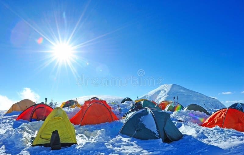 Шатры альпинистов высоких в горах стоковые фото