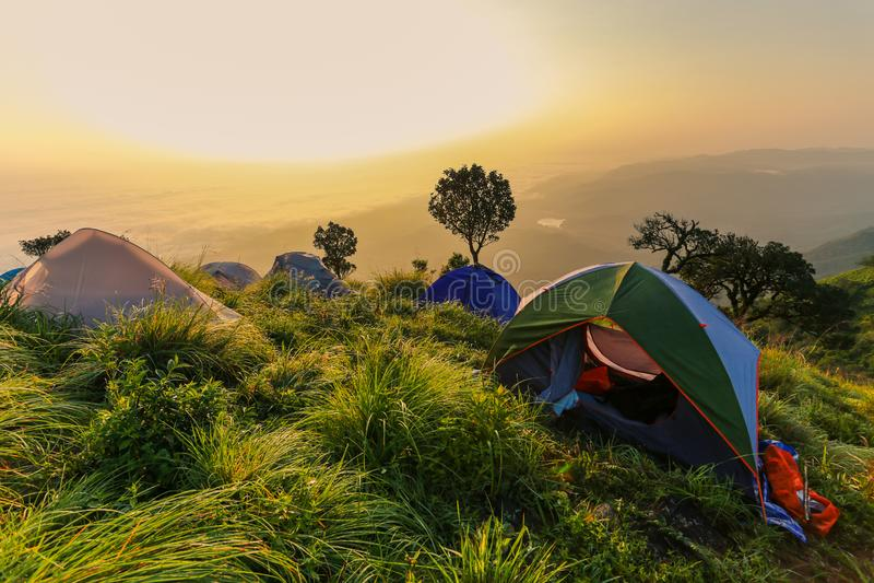 Шатры и располагаться лагерем на высокой горе стоковые фото