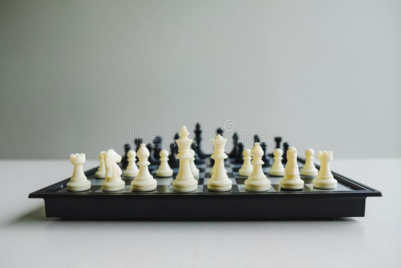 Шахматная доска показывает руководство, следующих и стратегии успеха в бизнесе стоковое фото