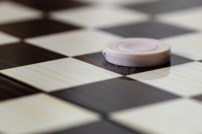 Шахматная доска с контролерами абстрактная иллюстрация игры принципиальной схемы 3d стоковое изображение