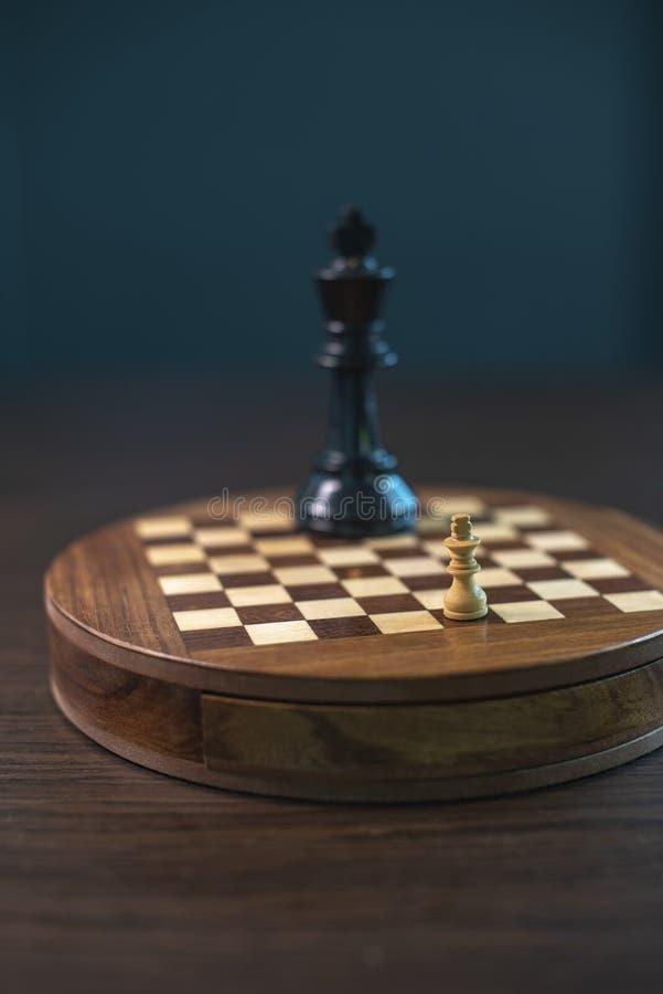 Шахматы с белым и черным, маленьким и гигантским стоковое фото