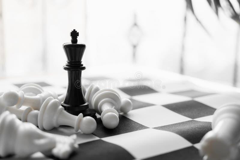 Шахматы с черно-белой доской стоковое фото
