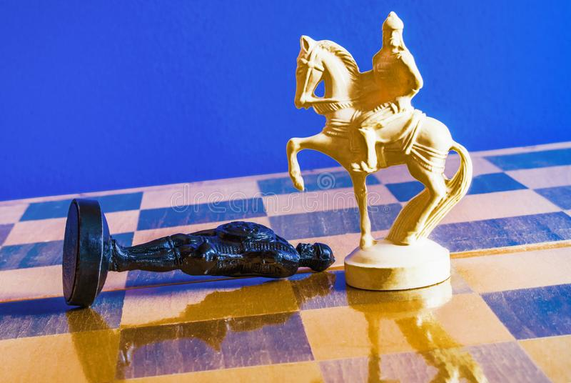 Шахмат на черной предпосылке стоковые изображения rf