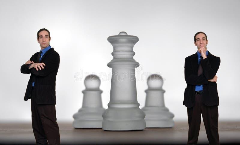 шахмат 8 бизнесменов стоковые фото