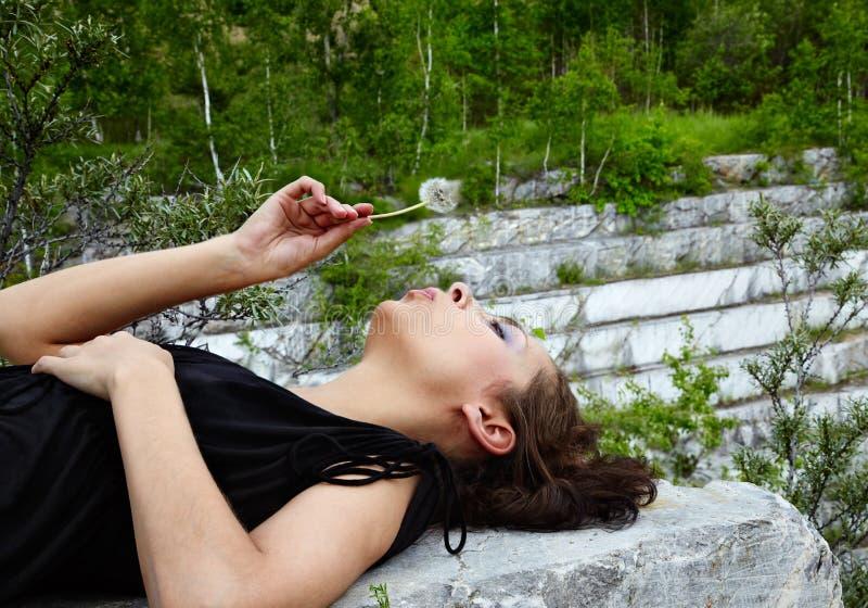 шахта мрамора девушки бросания открытая стоковая фотография