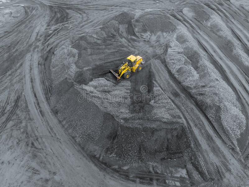 Шахта открытого карьера, сортировать породы Уголь минирования Бульдозер сортирует уголь Экстрактивная индустрия, антрацит Каменно стоковые фотографии rf