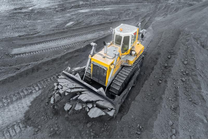 Шахта открытого карьера, сортировать породы Уголь минирования Бульдозер сортирует уголь Экстрактивная индустрия, антрацит Каменно стоковое фото