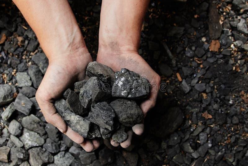 Шахтер в руках человека предпосылки угля Добыча угля или e стоковое фото