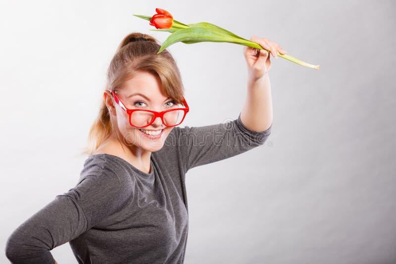 Шаловливая девушка имея потеху с тюльпаном цветка стоковое изображение rf