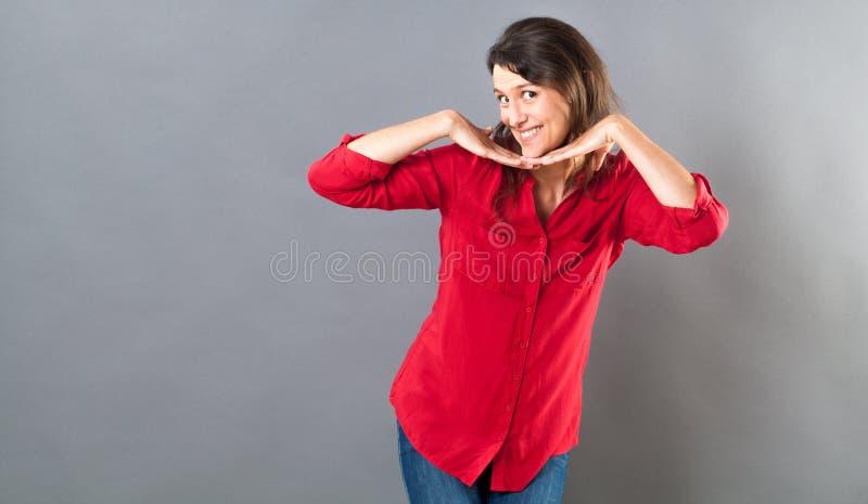 Шаловливая женщина представляя с жестом рукой потехи для соблазнения стоковые изображения rf