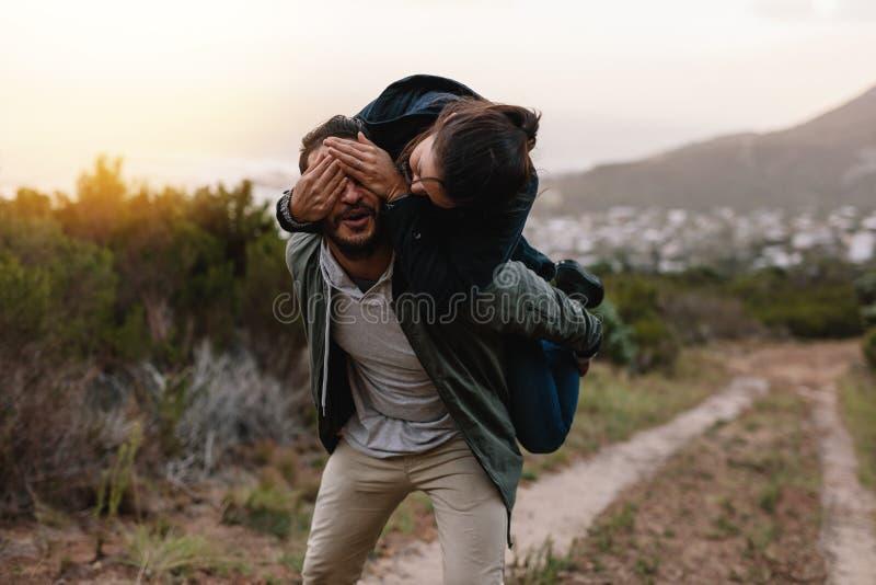 Шаловливые молодые пары наслаждаясь в сельской местности стоковое фото rf