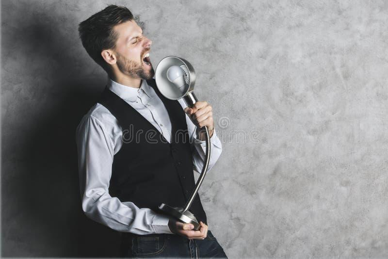 Шаловливый бизнесмен с лампой mic стоковые фото