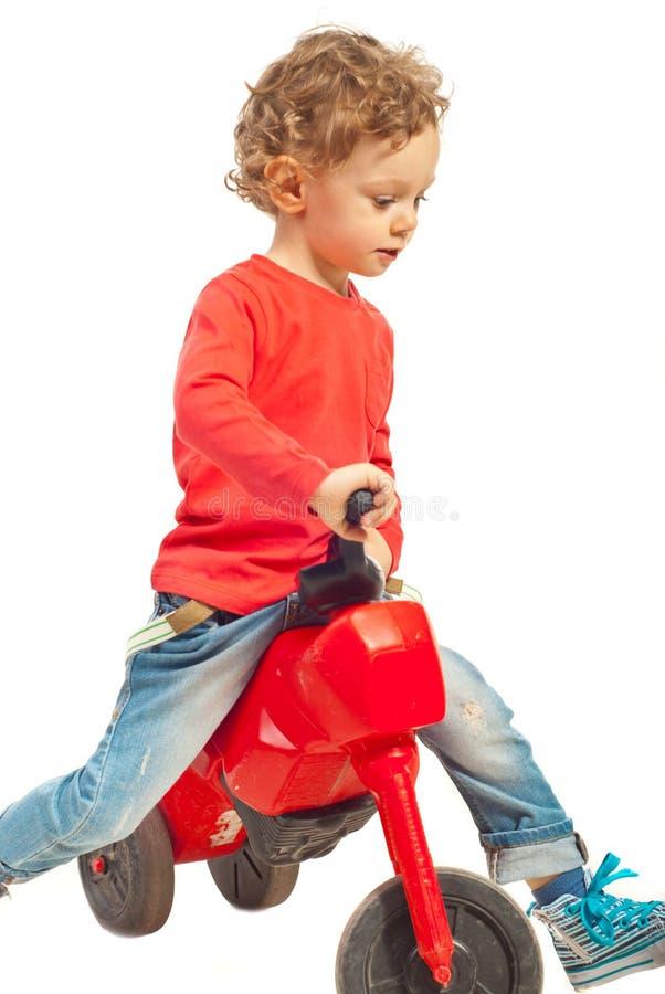 Шаловливый малыш с велосипедом стоковое фото rf