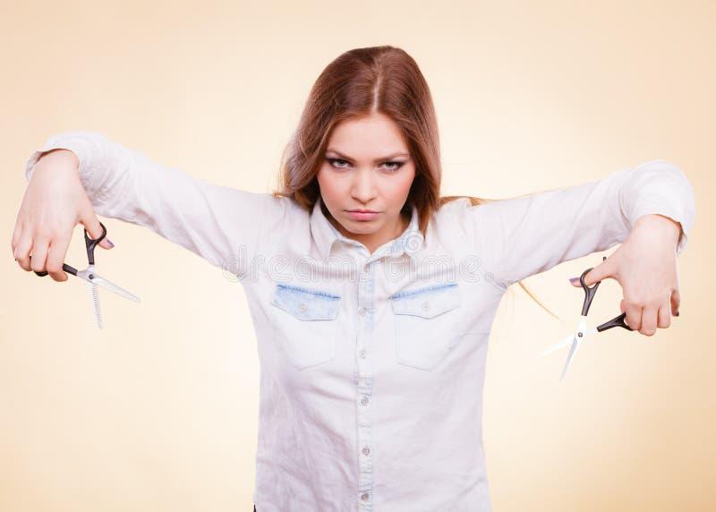 Шальная девушка с ножницами Парикмахер в действии стоковые фотографии rf