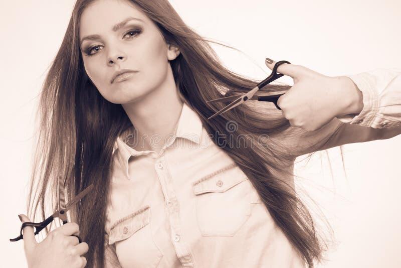 Шальная девушка с ножницами Парикмахер в действии стоковая фотография