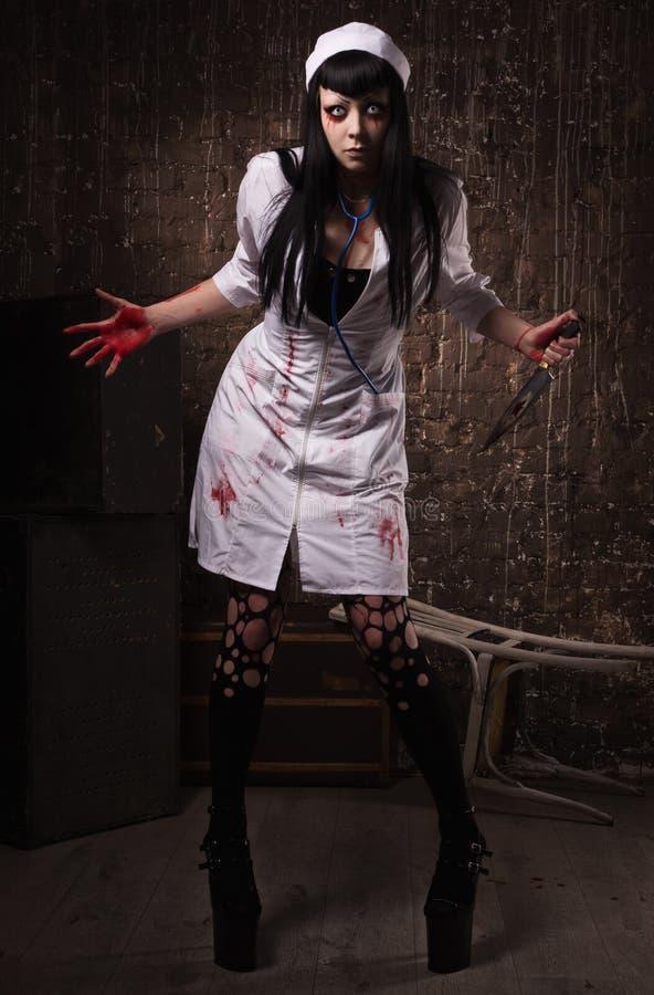 Шальная мертвая медсестра с ножом в руке стоковые изображения rf