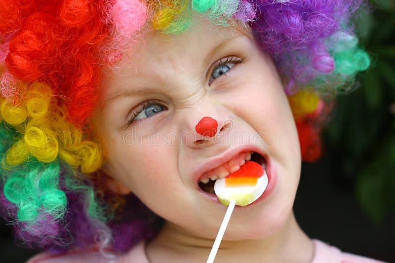 Шальной ребенок клоуна с леденцом на палочке стоковые фотографии rf