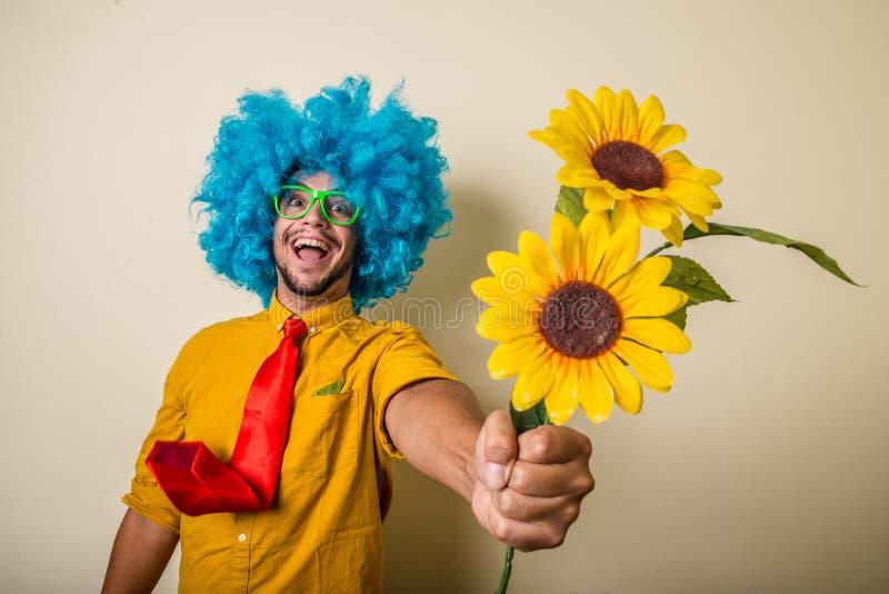 Шальной смешной молодой человек с голубым париком стоковая фотография