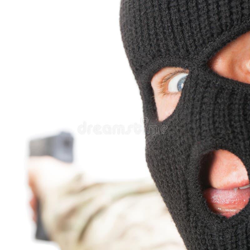 Шальной человек в черной маске держа оружие - близкое поднимающее вверх стоковое фото rf