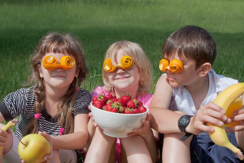 3 шальных маленьких любовника плодоовощ стоковые изображения rf
