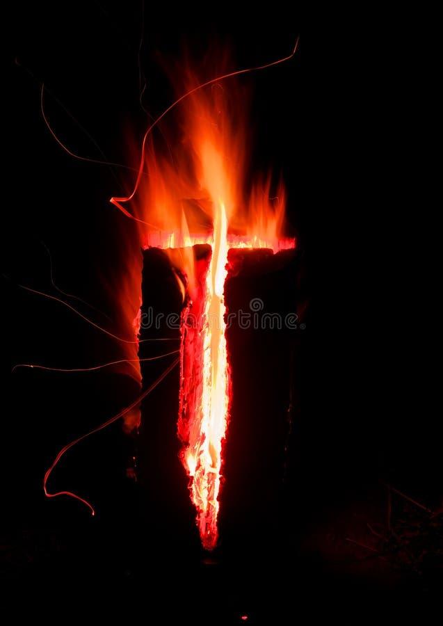 Шведская или финская свеча журнала Горение огня изнутри древесины стоковые изображения rf