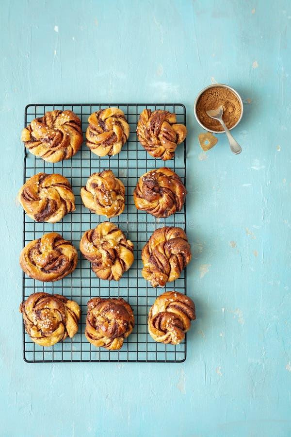 Шведские плюшки циннамона сделали с печеньем дрожжей, традиционным печеньем стоковое фото