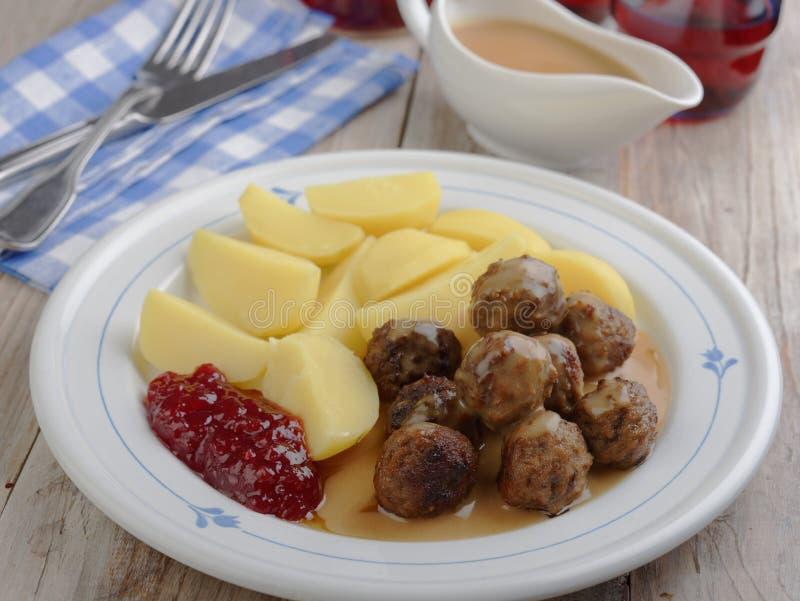 Шведские фрикадельки с кипеть картошкой и вареньем стоковые изображения rf