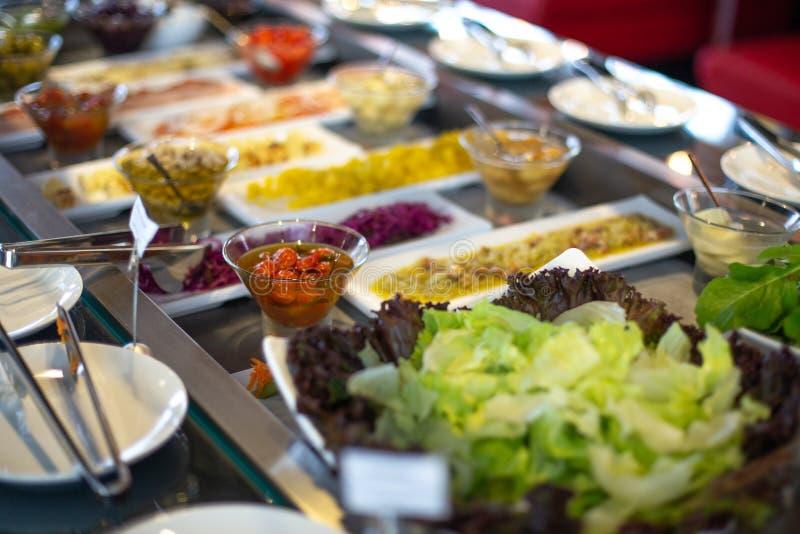 Шведский стол еды в ресторане стоковое фото rf