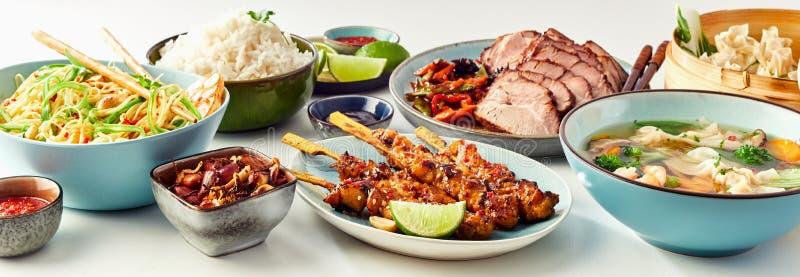Шведский стол сортированный китайских блюд еды стоковые изображения rf
