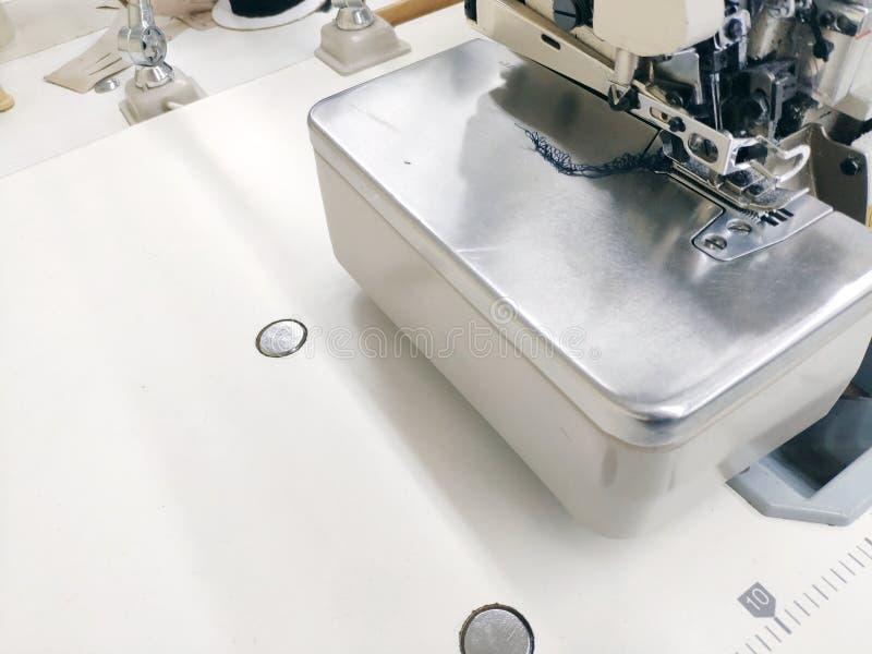 Швейная машина готовая для работы на белой предпосылке столешницы стоковая фотография rf