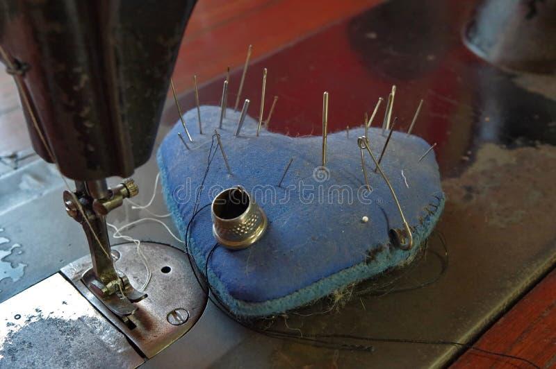 Швейная машина и вспомогательное оборудование стоковое фото rf