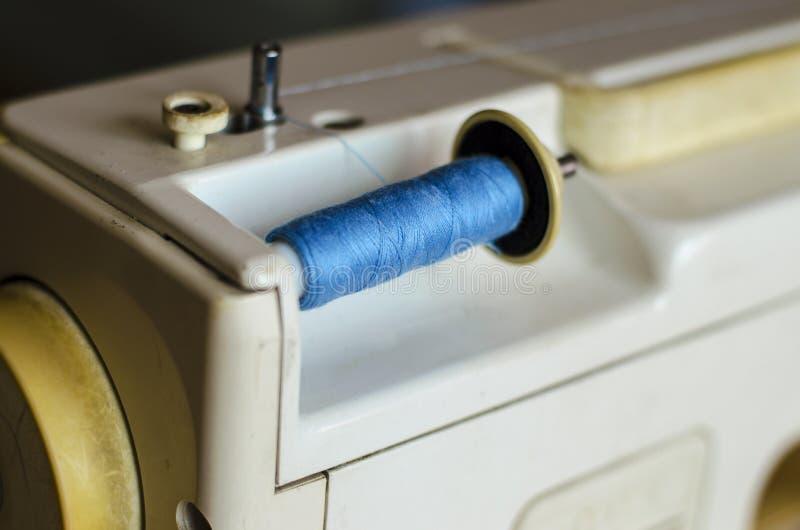 Швейная машина Прифронтовой взгляд, верхний поток заполнен для работы стоковое фото rf