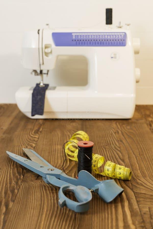 Швейная машина с тканью и потоками и ножницами стоковая фотография rf