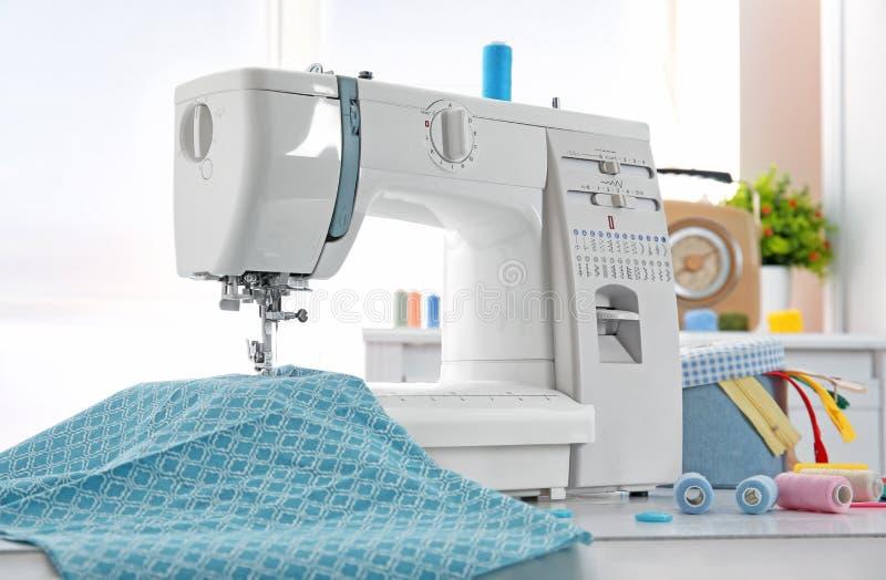 Швейная машина, ткань и потоки стоковое фото