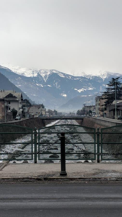 Швейцарец Альпы и река Adda в Tirano, Италии стоковое изображение