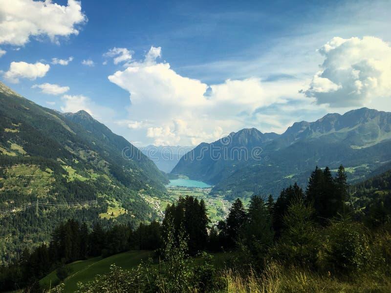 Швейцарец Альпы над Lago di Poschiavo стоковые фотографии rf
