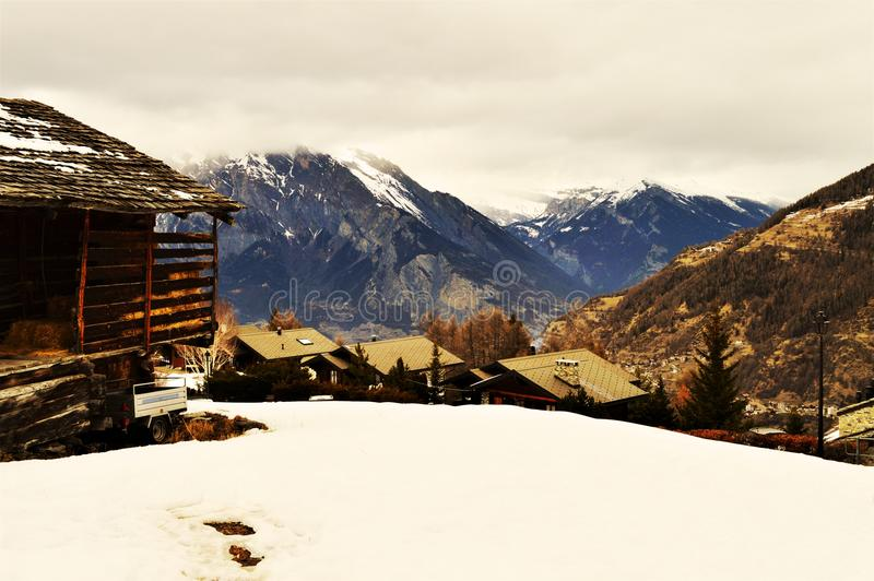 Швейцарец Альпы в винтажных оттенках и крышах стоковое изображение rf