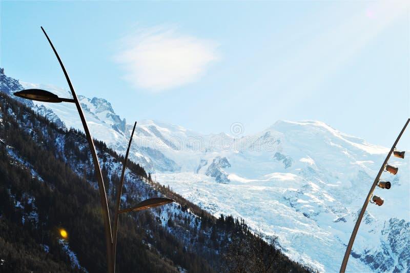 Швейцарец Альпы в зиме и sunrays стоковые изображения rf