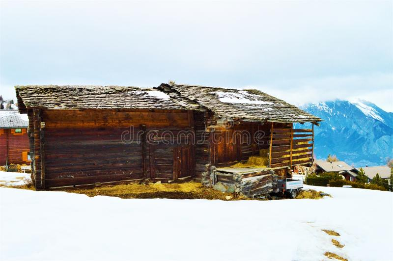 Швейцарец Альпы и красочный деревянный сарай стоковые изображения