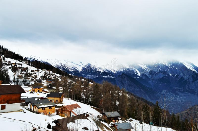 Швейцарец Альпы и панорамный взгляд деревни стоковое изображение rf