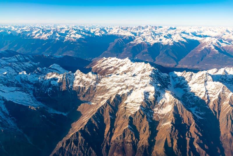 Швейцарец, Италия и австриец Альп со снежным видом с воздуха верхних частей горы к востоку во время полета после полудня стоковое изображение