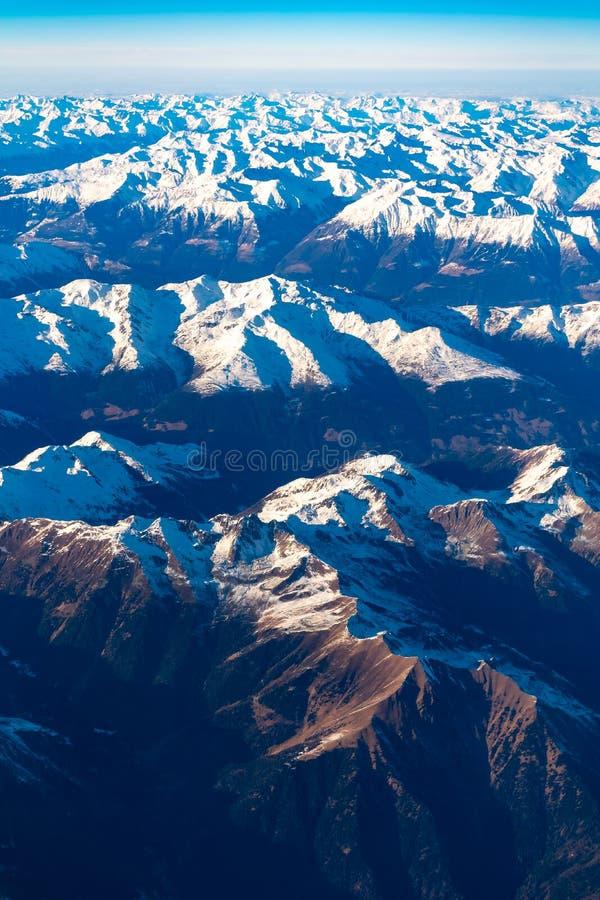 Швейцарец, Италия и австриец Альп со снежным видом с воздуха верхних частей горы к востоку во время полета после полудня стоковое фото