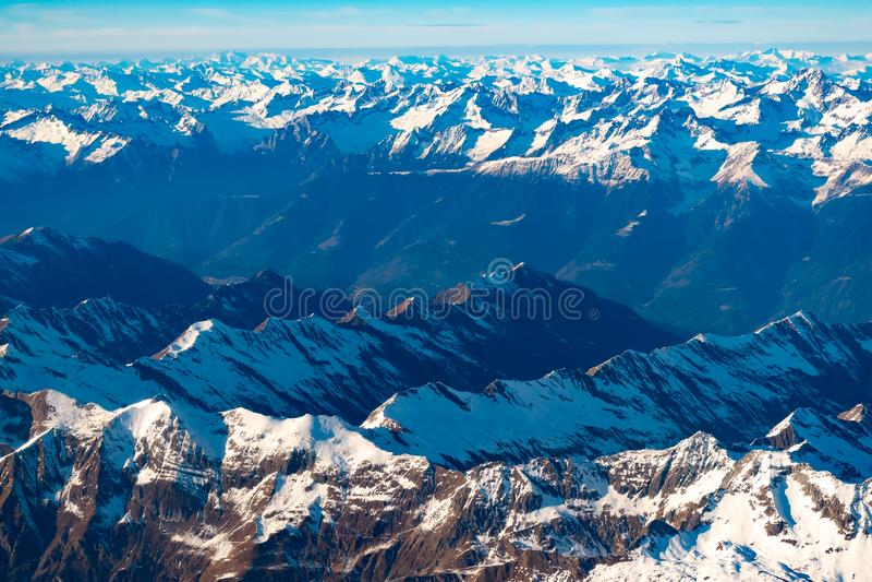 Швейцарец, Италия и австриец Альп со снежным видом с воздуха верхних частей горы к востоку во время полета после полудня стоковая фотография rf