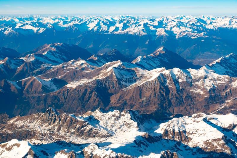 Швейцарец, Италия и австриец Альп со снежным видом с воздуха верхних частей горы к востоку во время полета после полудня стоковые фото