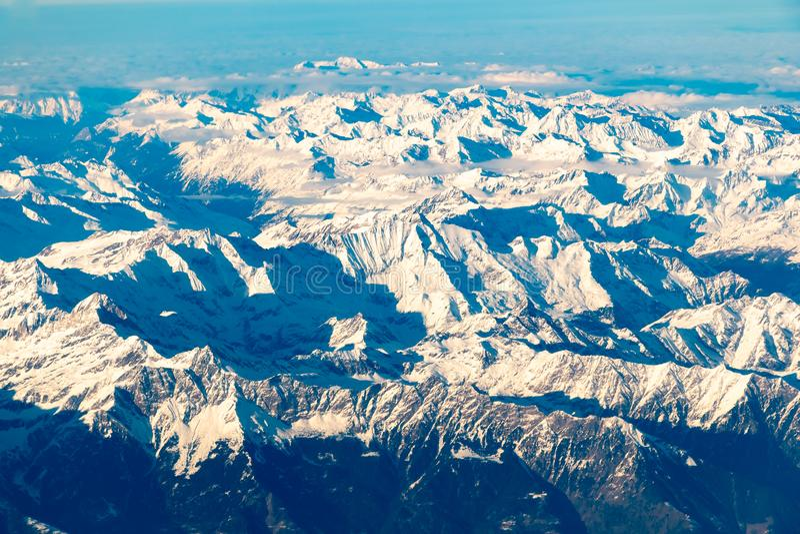 Швейцарец, Италия и австриец Альп со снежным видом с воздуха верхних частей горы к востоку во время полета после полудня стоковое фото rf