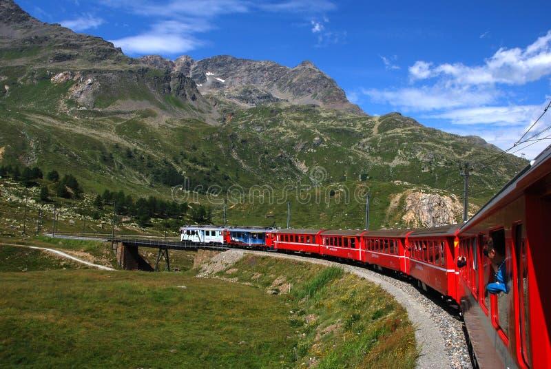 Швейцария: Июль 2012, известный красный высокогорный поезд Bernina выражает от StMoritz к Tirano около пропуска Bernina в Швейцар стоковые изображения rf