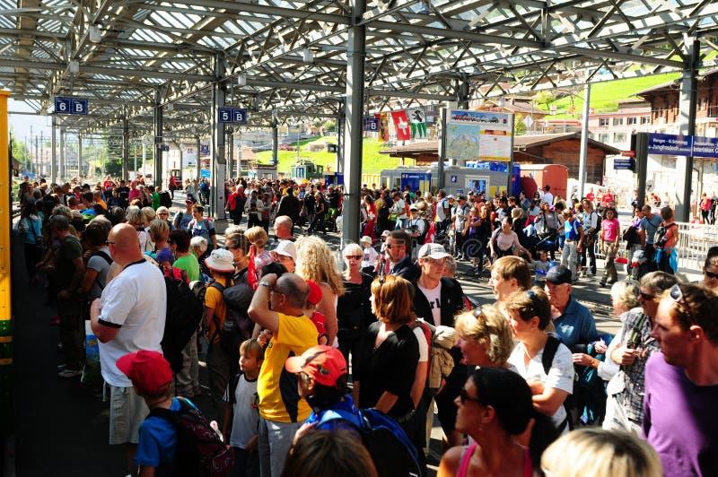 Швейцария: массы людей, на trainstation Lauterbrunnen стоковое изображение