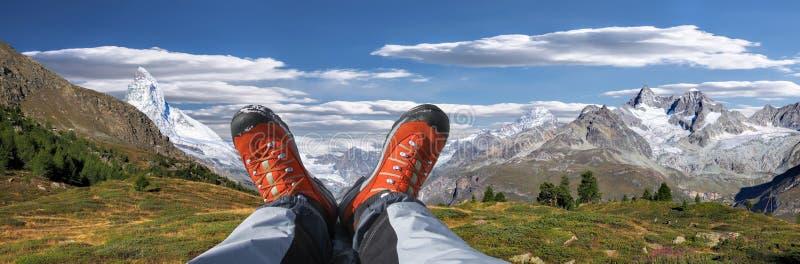 Швейцарские Альп с ботинками в районе Zermatt, Швейцарией стоковые изображения